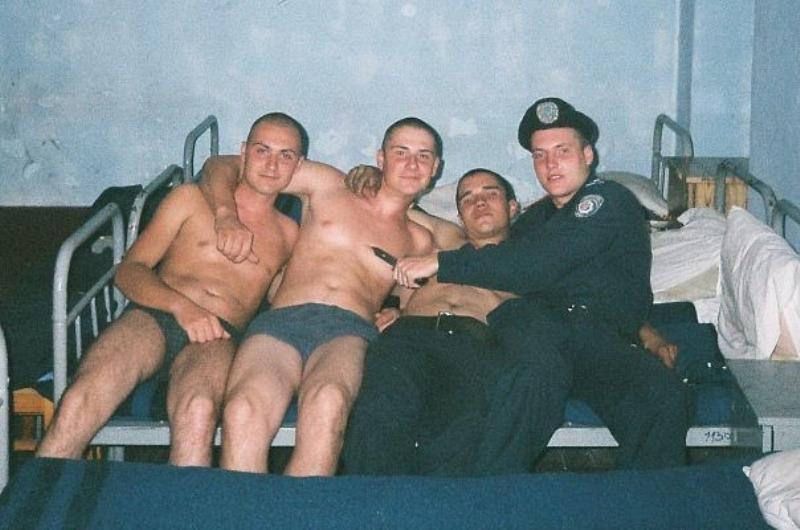 В Луганске милиционер с семечками обложил матом правозащитниц (ФОТО), фото-1