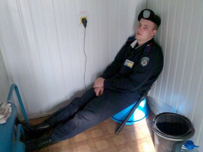 В Луганске милиционер с семечками обложил матом правозащитниц (ФОТО), фото-2